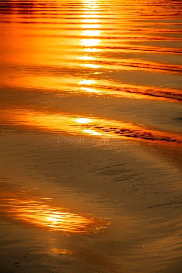 Reflexion des Sonnenuntergangs auf der wässrigen Oberfläche stockfotos