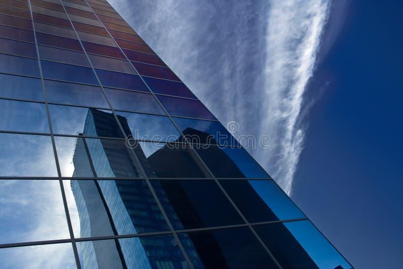 Reflexion des Wolkenkratzers lizenzfreie stockfotos
