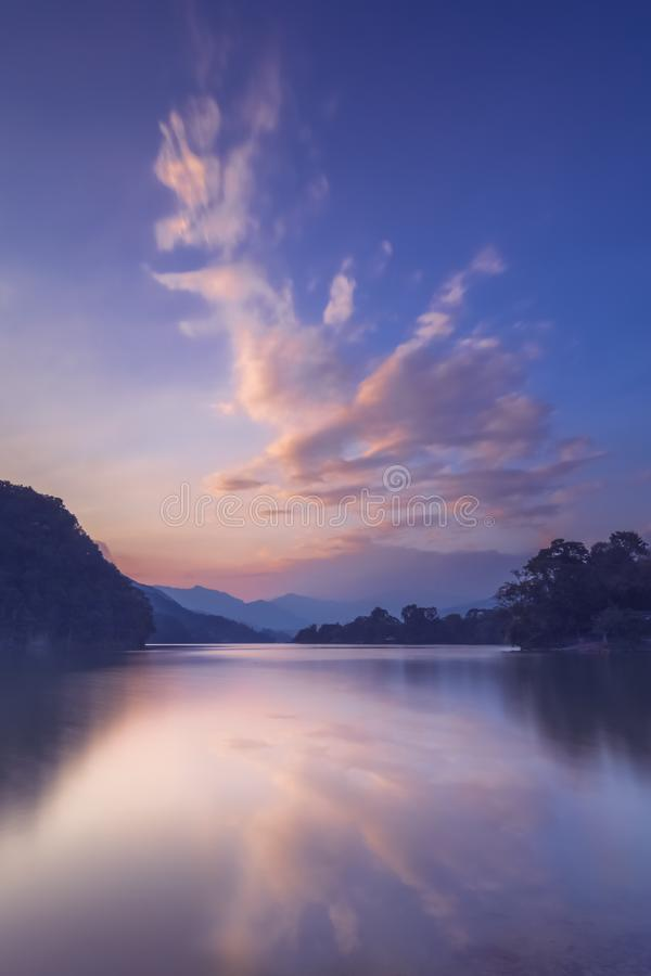 Reflexion des Wolkensonnenuntergangs im Phewa See stockfoto