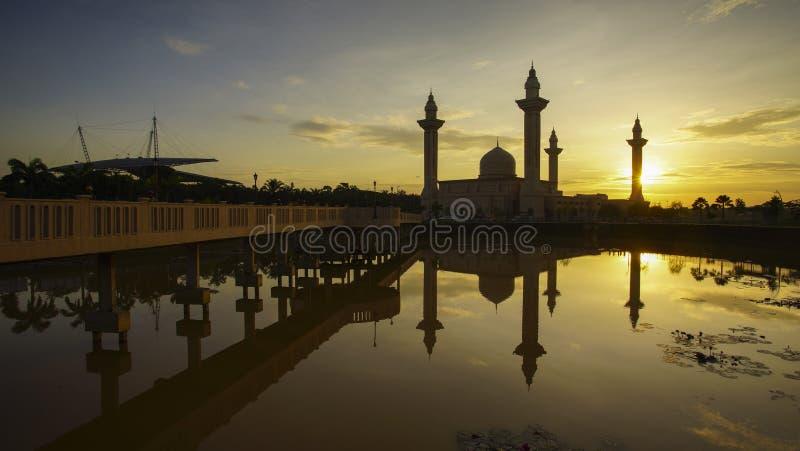 Reflexion einer modernen schönen Moschee während des blauen Stundensonnenaufgangs stockbilder