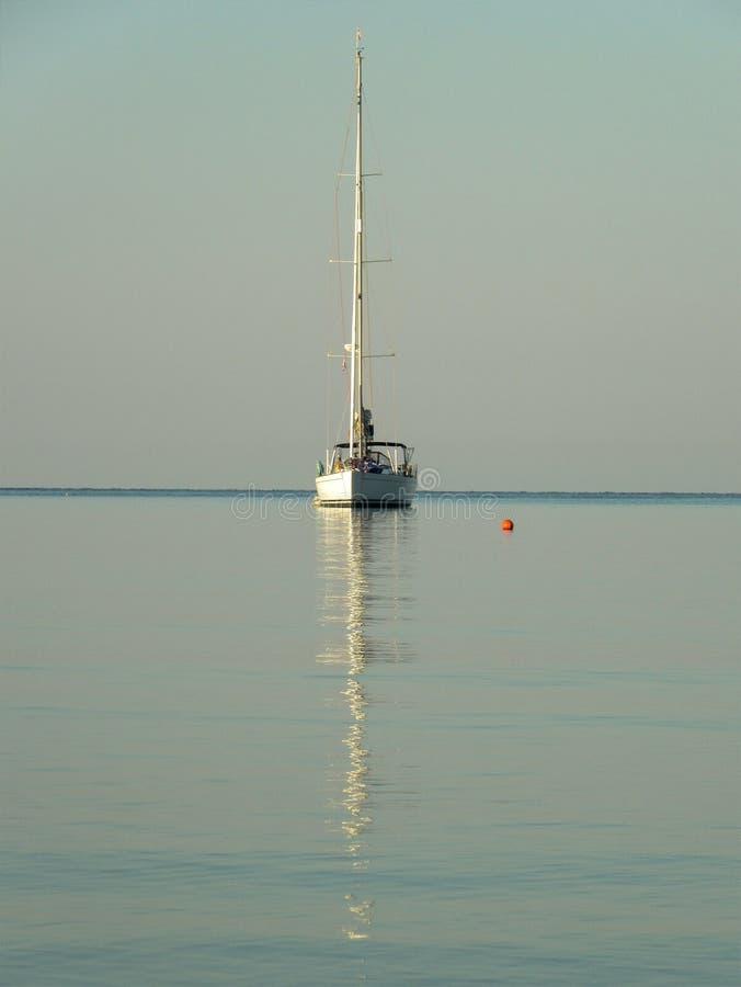 Reflexion einer Yacht im Meer, Symmetrie stockbilder