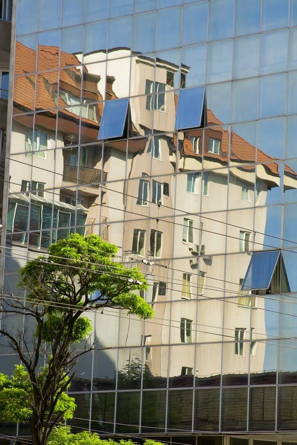 Reflexion eines Hauses stockbild