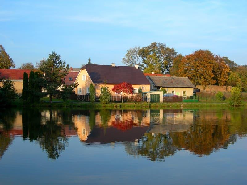 Reflexion eines Herbstdorfs lizenzfreies stockbild