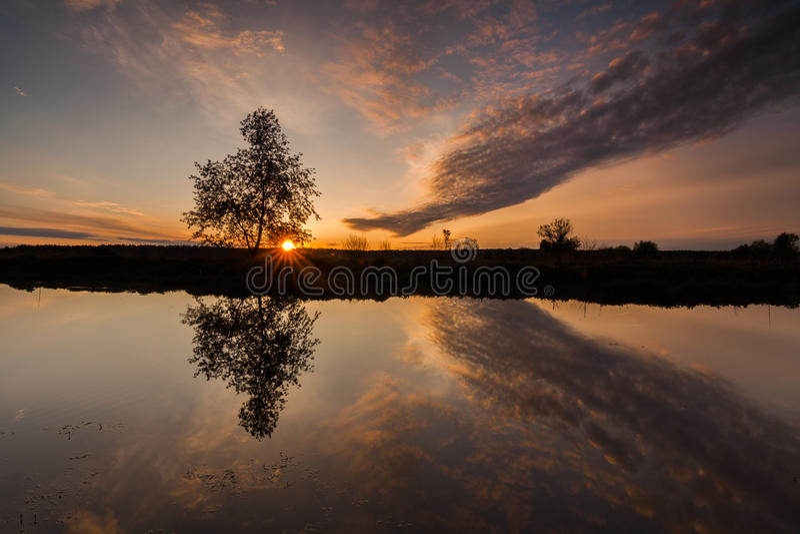 Reflexion eines schönen Dämmerungshimmels in einem Fluss lizenzfreies stockbild