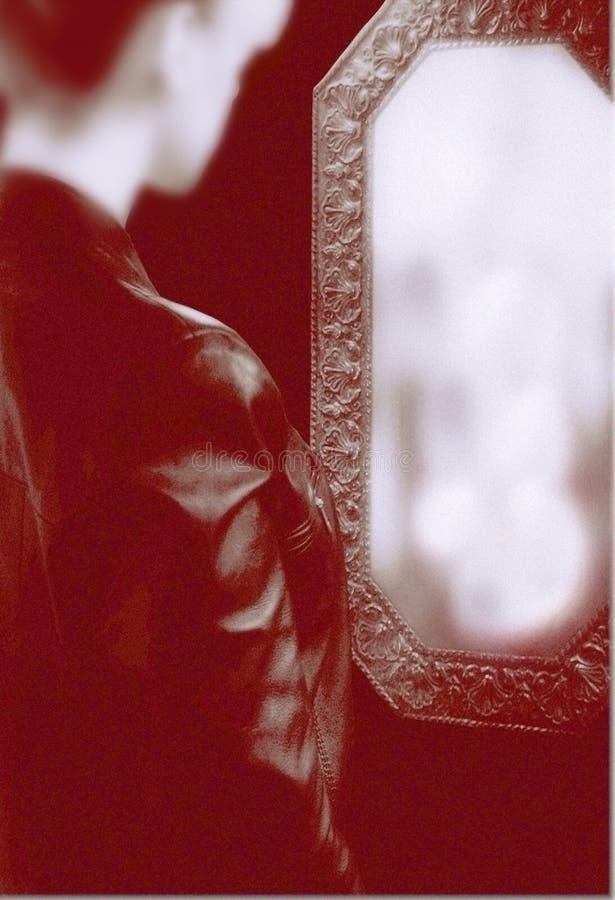 reflexion för spegel för läder för pojkeflickaomslag arkivbild