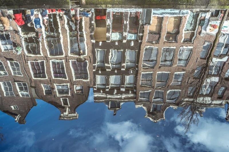 reflexion i den Amsterdam kanalen fotografering för bildbyråer
