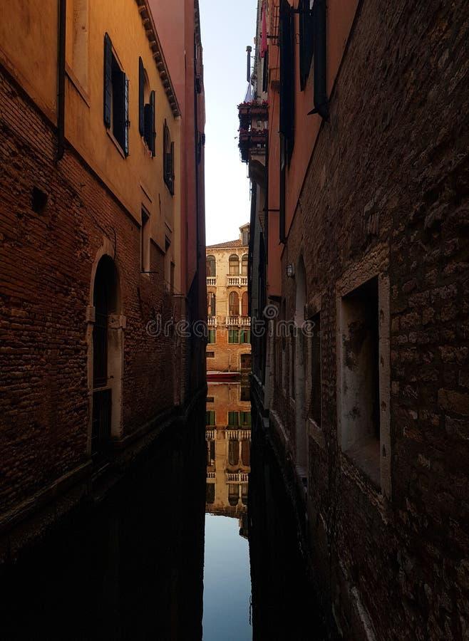 Reflexion i en Venedig kanal arkivbilder