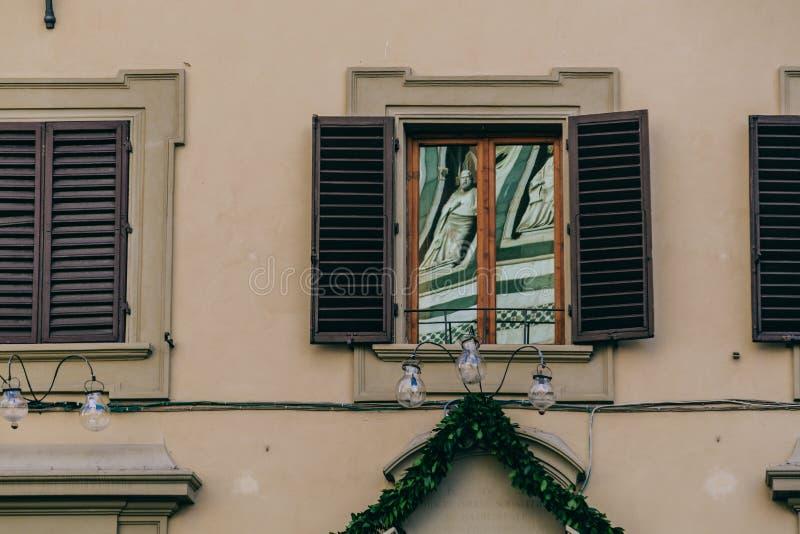 Reflexion i ett fönster av monumentet arkivbilder