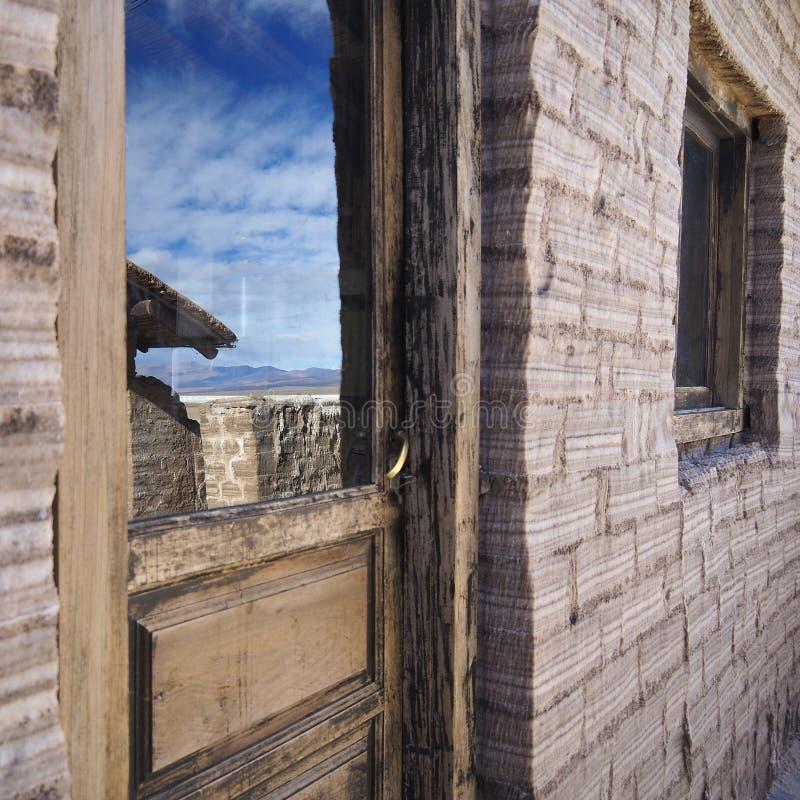 Reflexion i exponeringsglaset av en trädörr arkivfoton