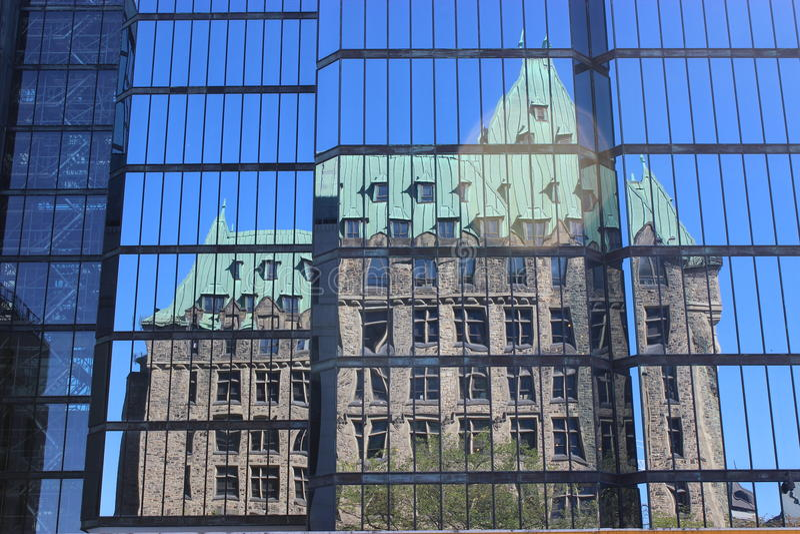 Reflexion i modern byggnad arkivbild