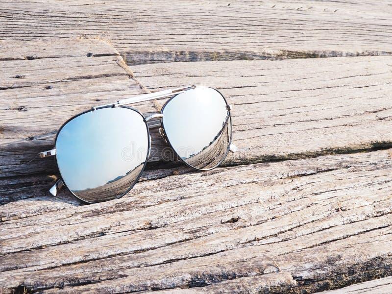 Reflexion i solglasögon på wood bakgrund royaltyfri bild