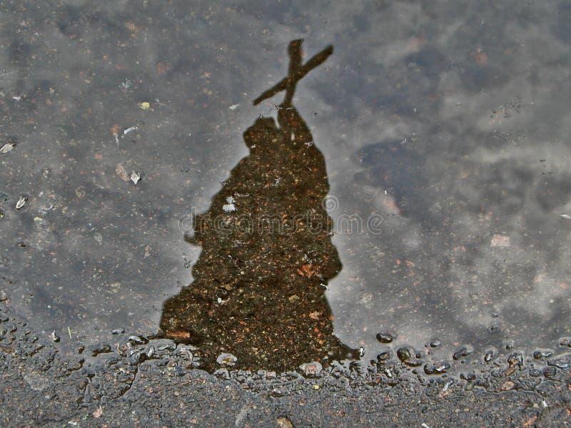 Reflexion i vattenpölmonument arkivbilder