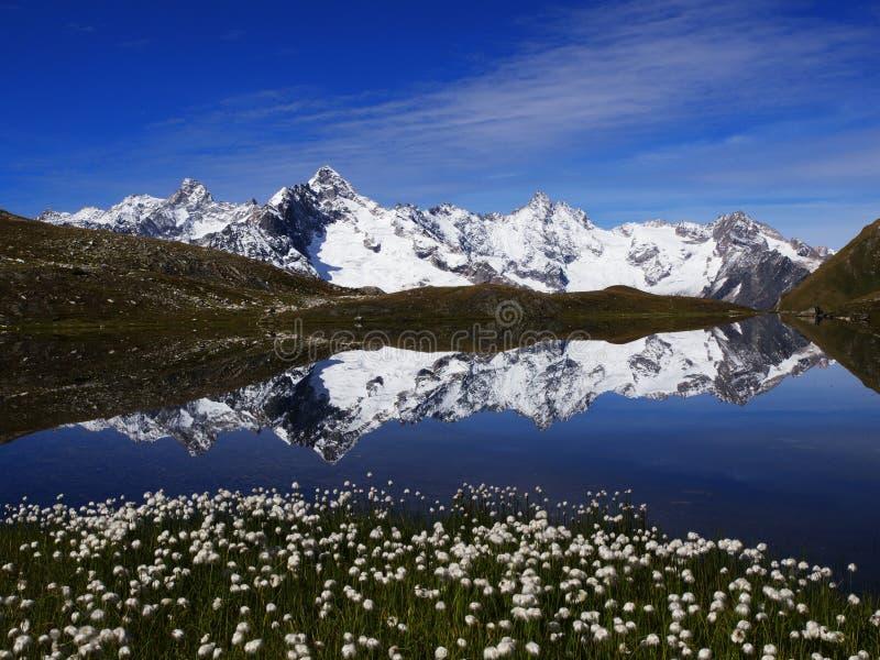 Reflexion im Fenetre See in der Schweiz stockbilder
