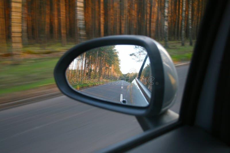 Reflexion im seitlichen Spiegel stockfotos