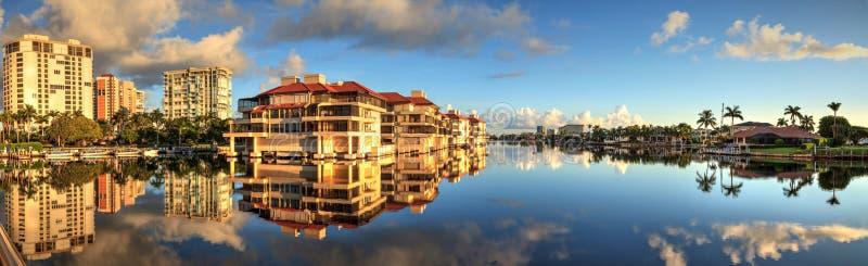 Reflexion im Wasser von Gebäuden entlang dem Dorf bei Veneti lizenzfreie stockbilder