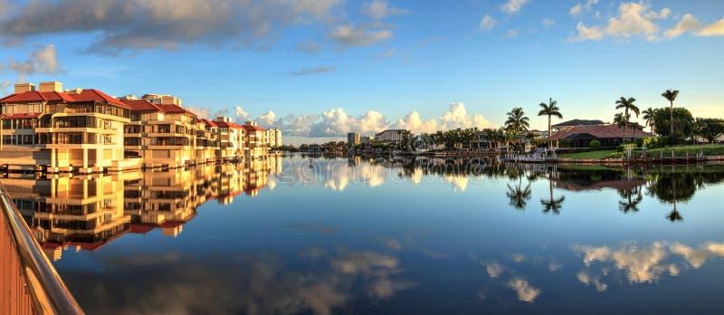 Reflexion im Wasser von Gebäuden entlang dem Dorf bei Veneti stockfotos