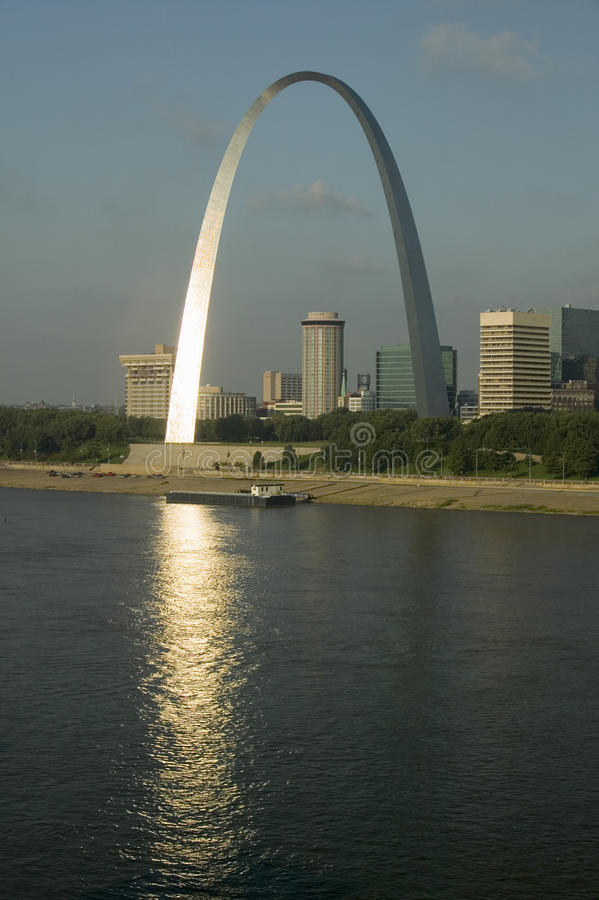 Reflexion på nyckelbågen (nyckel till det västra) och horisont av St Louis, Missouri på soluppgång från östliga St Louis, Illinoi royaltyfria foton