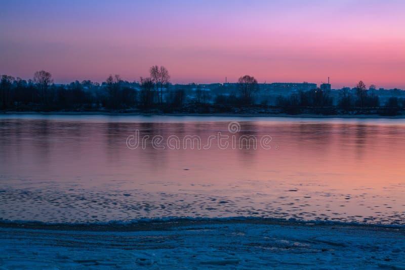 Reflexion på yttersidan av floden på solnedgången i början av vintern arkivfoto