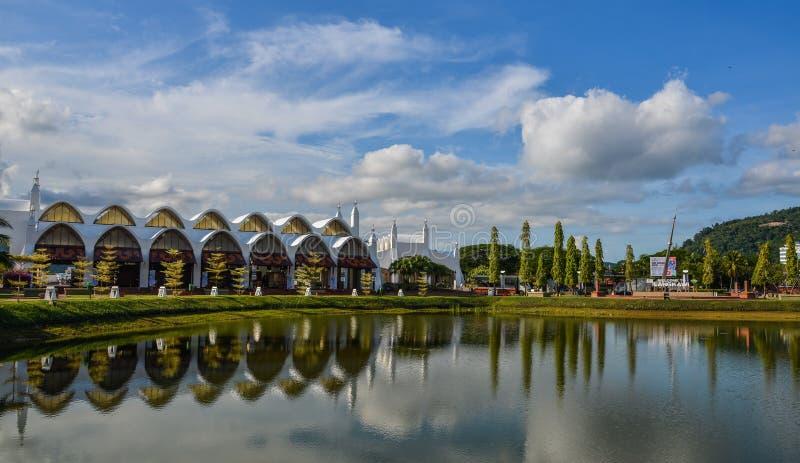 Reflexion sjön med staden parkerar arkivfoton