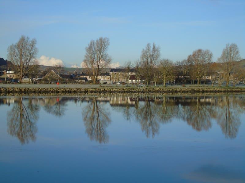 Reflexion Snowdonia stockfotos