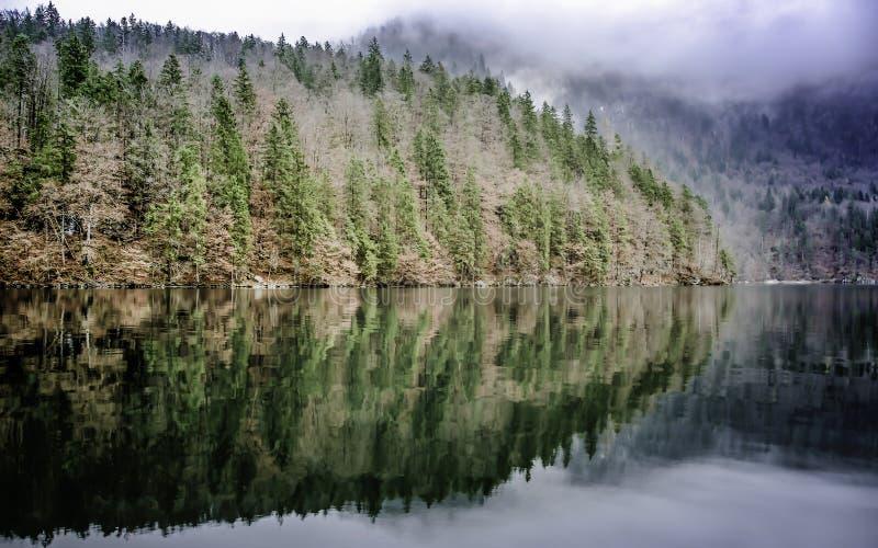 Reflexion von Bergen in Koenigssee See König ` s See stockfoto