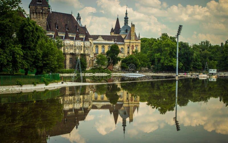 Reflexion von Gebäuden im Wasser, Paris, Frankreich stockfoto