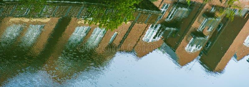 Reflexion von traditionellen Gebäuden im Wasser der Fluss-Abnutzung in Durham, England stockfotos