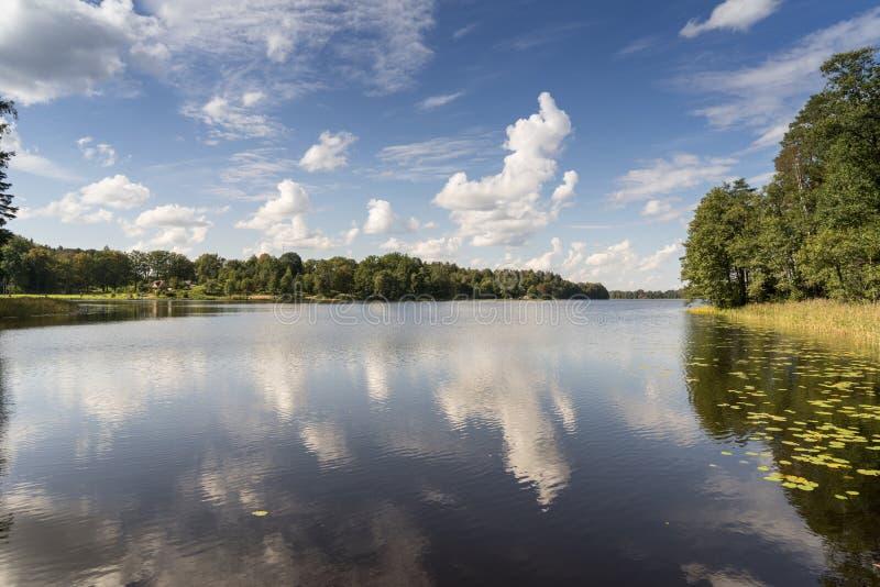 Reflexion von Wolken im See mit Promenade stockfotografie