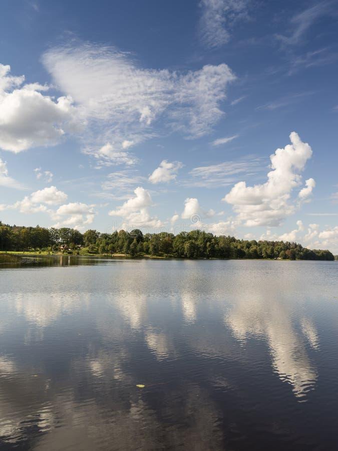Reflexion von Wolken im See mit Promenade lizenzfreies stockbild