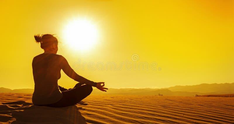 Reflexionar sobre una duna de arena en la puesta del sol fotos de archivo