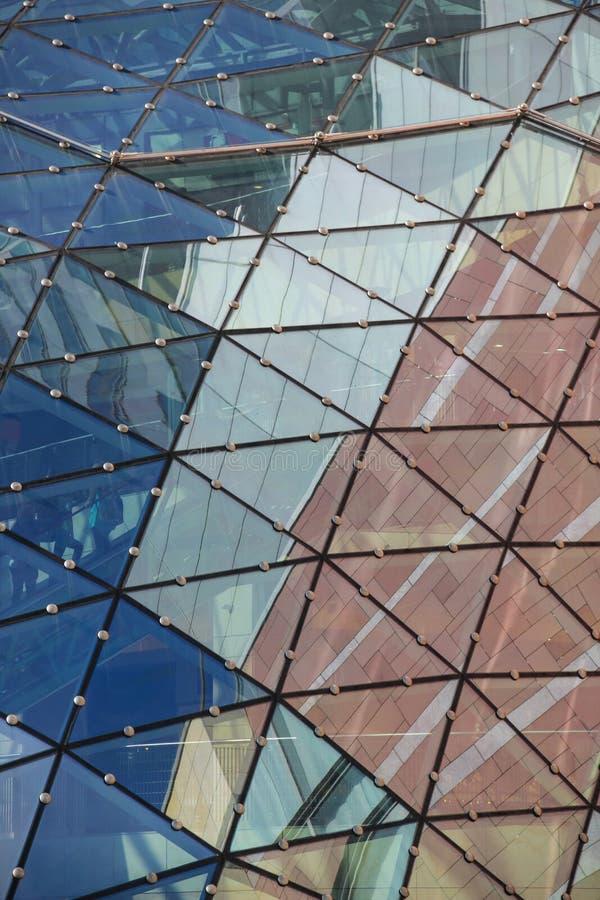 Reflexionen auf dem Dach des modernen Gebäudes. Warschau. Polen lizenzfreie stockbilder
