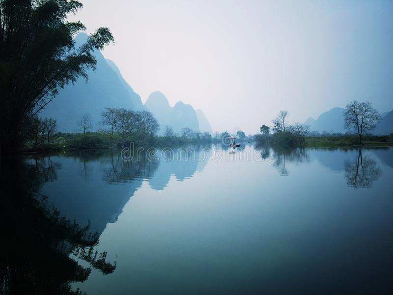 Reflexionen av berget arkivbilder