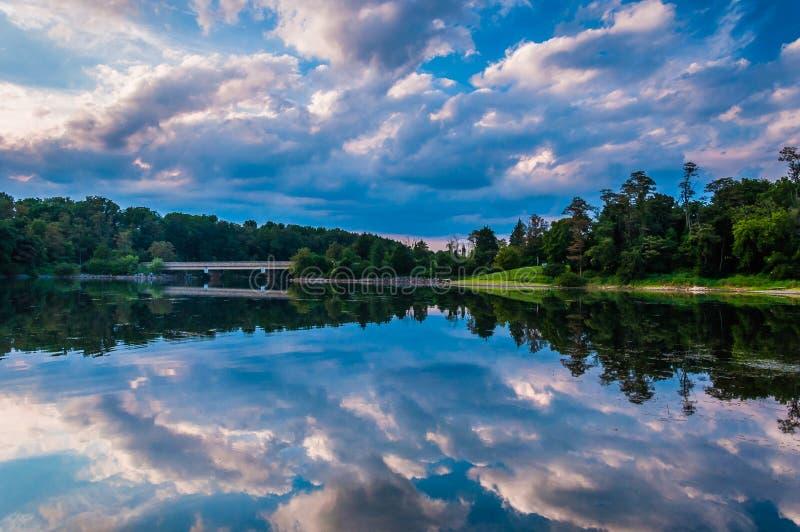 Reflexionen av den härliga aftonen fördunklar i sjön Marburg, Codorus fotografering för bildbyråer