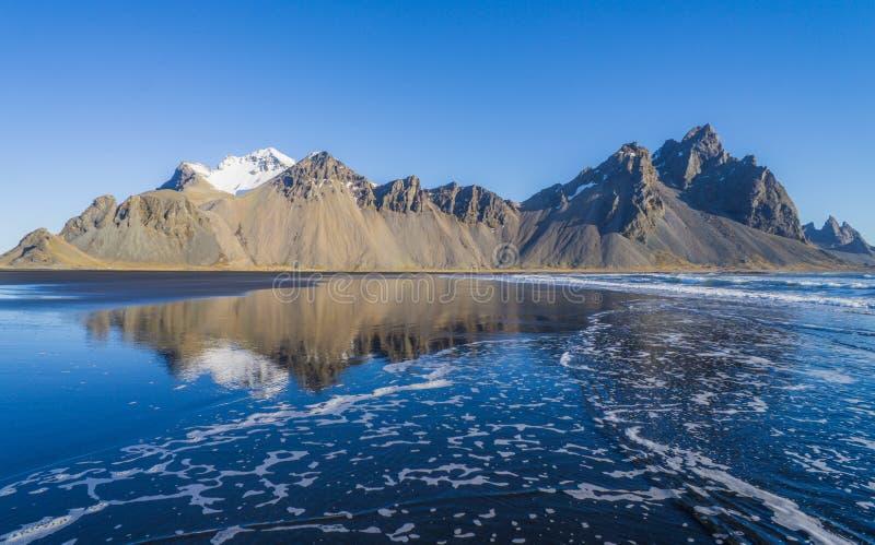 Reflexionen av det underbara berget i Island royaltyfria foton