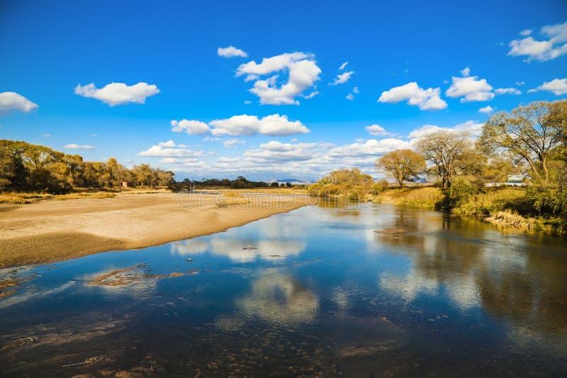 Reflexionen av himlen i vattnet arkivfoton