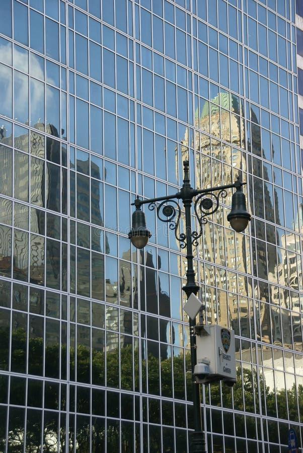 Reflexionen der Wolkenkratzer stockfoto