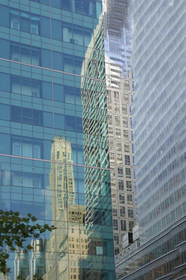 Reflexionen der Wolkenkratzer lizenzfreie stockbilder