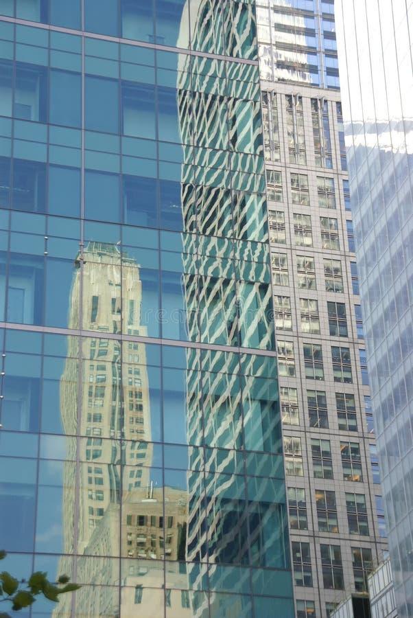 Reflexionen der Wolkenkratzer stockfotos