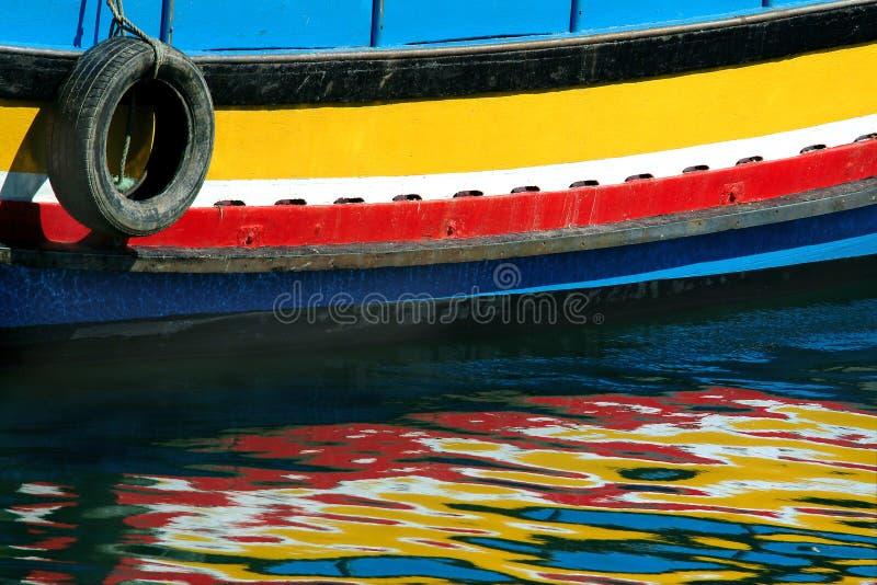 Reflexionen des Bootes stockbild
