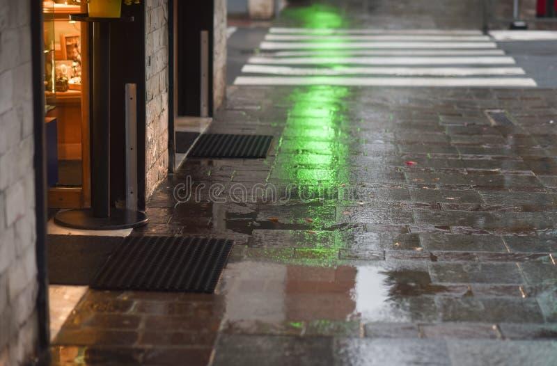 Reflexionen des Lichtes auf dem nass Bürgersteig stockbild