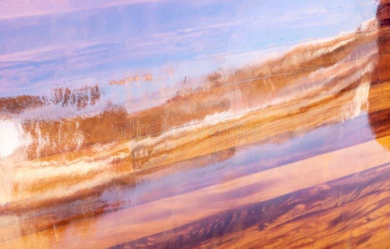 Reflexionen des Meeres auf einem Bootsoberteil lackieren Mahagonifarbe lizenzfreie abbildung