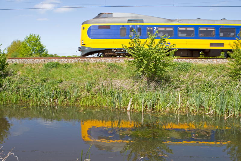 Reflexionen des Zugs im Wasser in Hoogeveen, die Niederlande lizenzfreie stockfotos