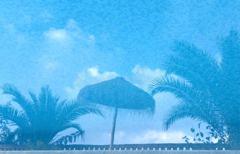 Reflexionen in einem Swimmingpool stockfoto