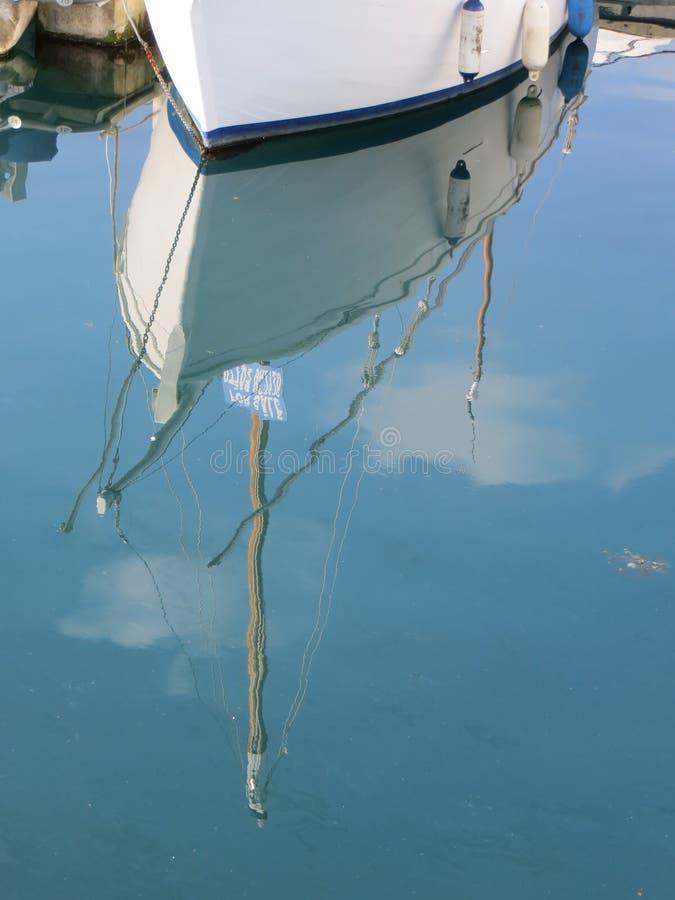 Reflexionen eines Bootes lizenzfreie stockfotos
