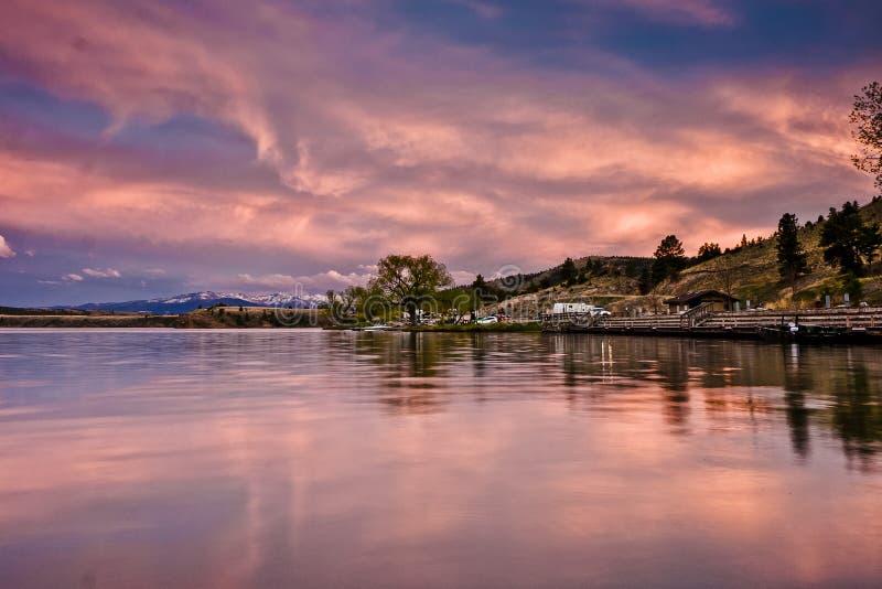Reflexionen eines szenischen Sonnenuntergangs im Wasser von Hauser See, Montag stockfotografie