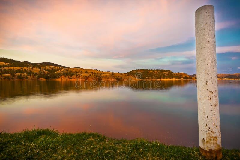 Reflexionen eines szenischen Sonnenuntergangs im Wasser von Hauser See, Montag stockfoto