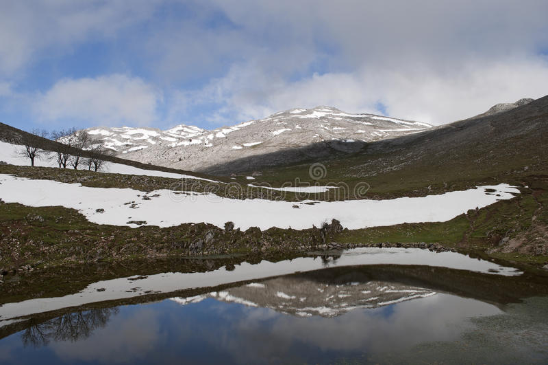 Reflexionen im Berg lizenzfreies stockfoto
