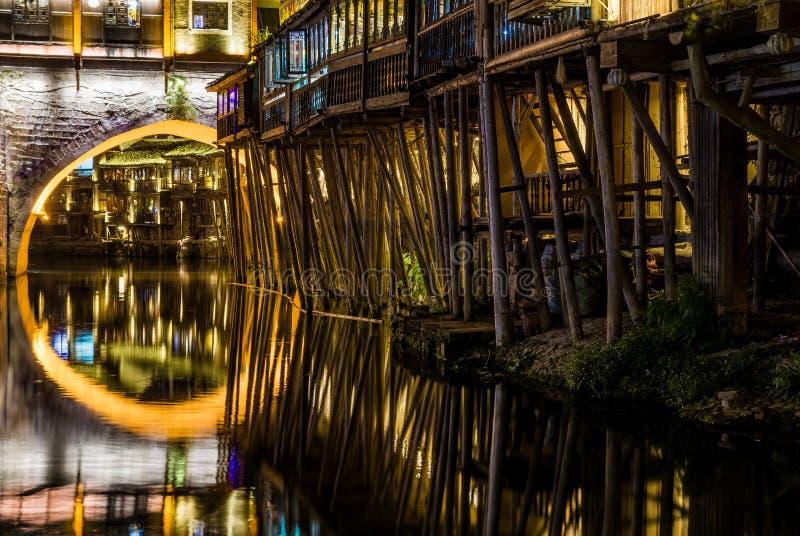 Reflexionen im Fenghuang-Fluss, China lizenzfreies stockbild