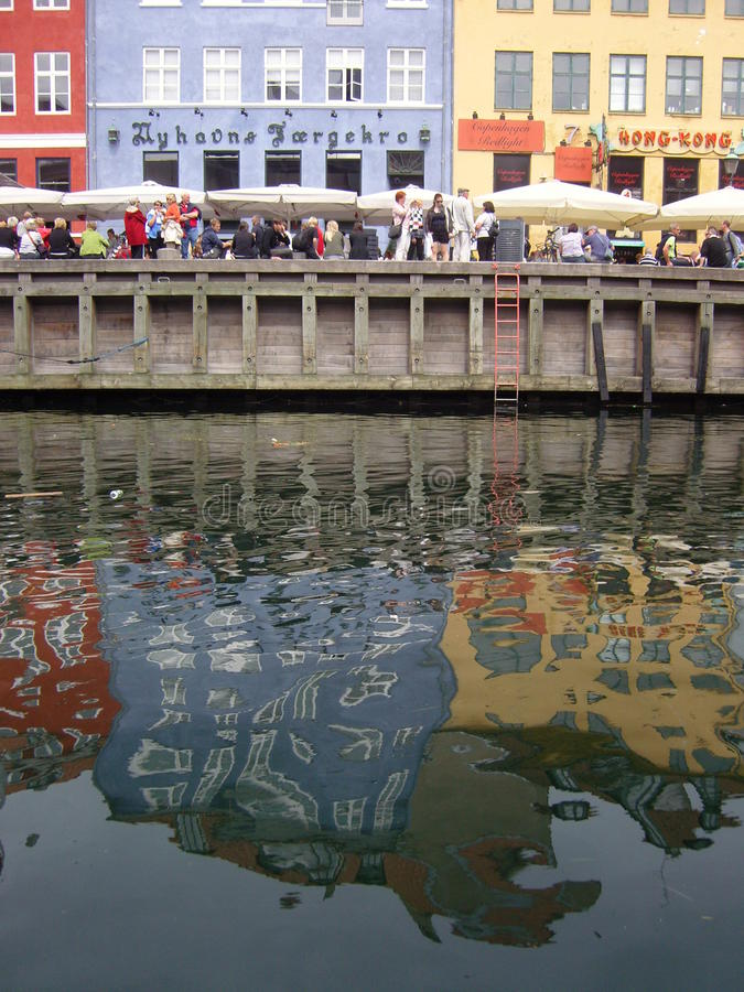 Reflexionen im Fluss lizenzfreie stockbilder