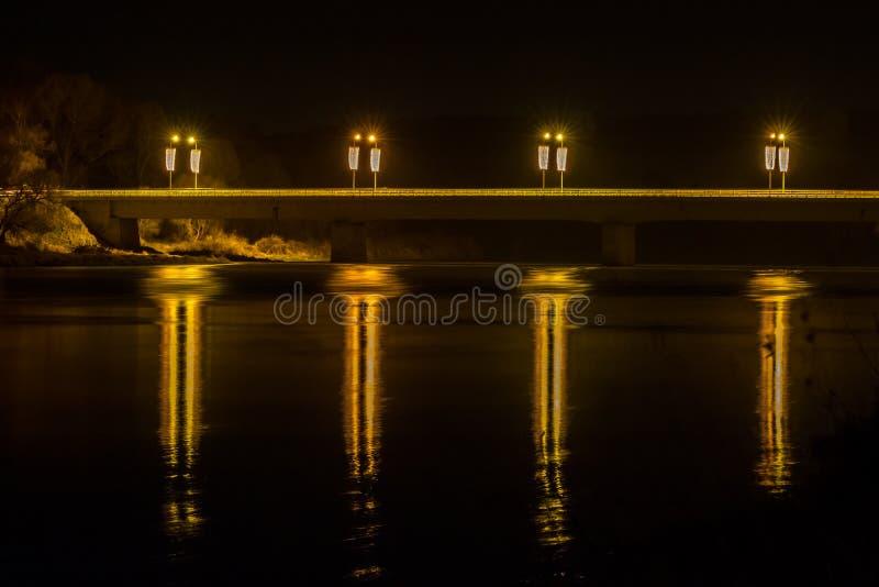 Reflexionen nachts von Prienai-Brücke lizenzfreie stockfotos